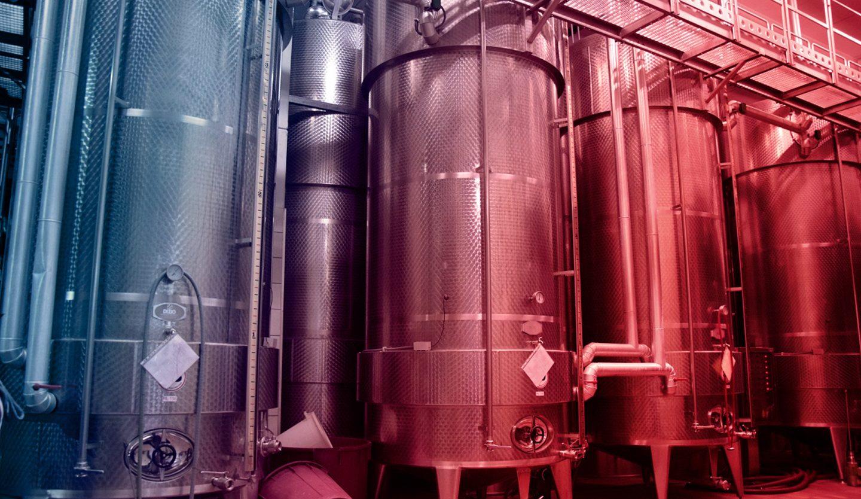 foto di botti in acciaio per la maturazione del vino
