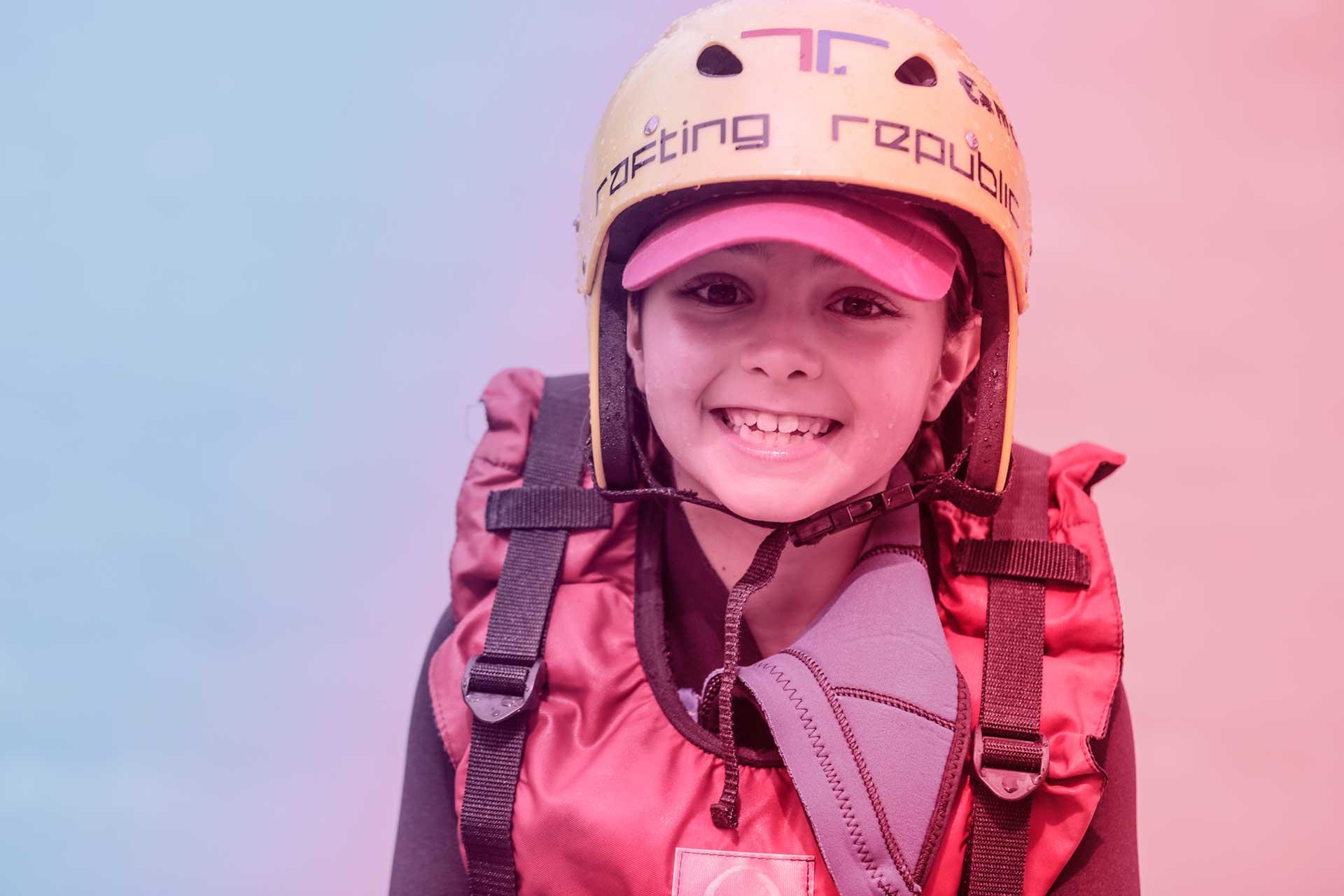 foto di bambino sorridente vestito da rafting