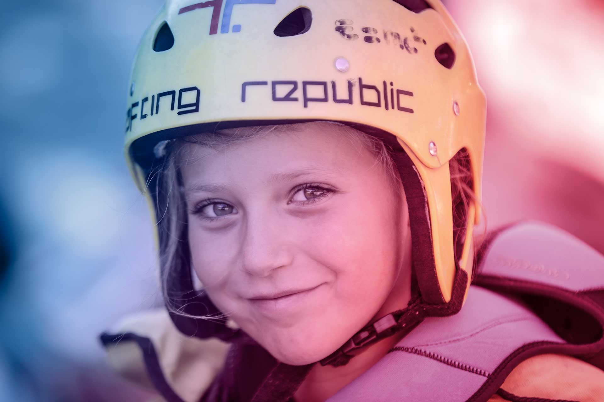 foto di bambina sorridente vestita da rafting