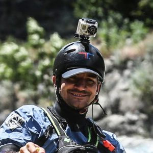 foto di Davide Romeo che guida un gommone
