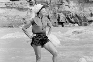 La pioniera del rafting Georgie White in posa davanti al fiume Colorado