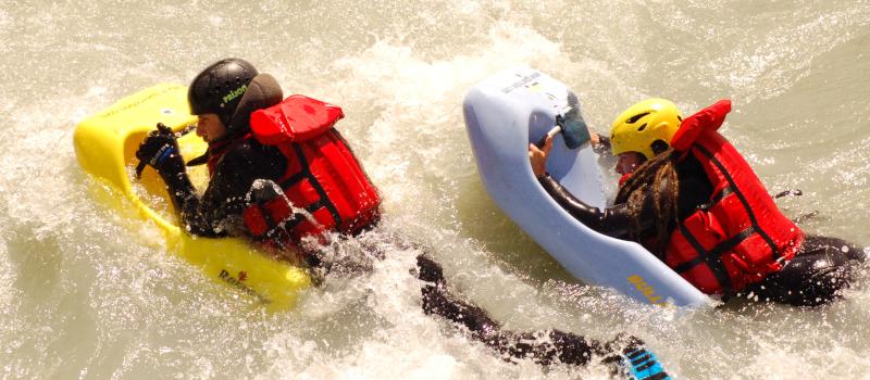 foto di due persone che effettuano una delle discese in hydrospeed che propone rafting republic