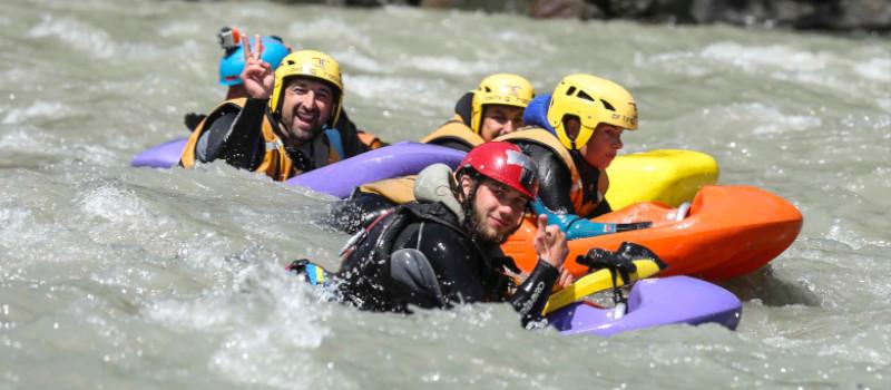 gruppo di cinque persone che navigano in hydrospeed