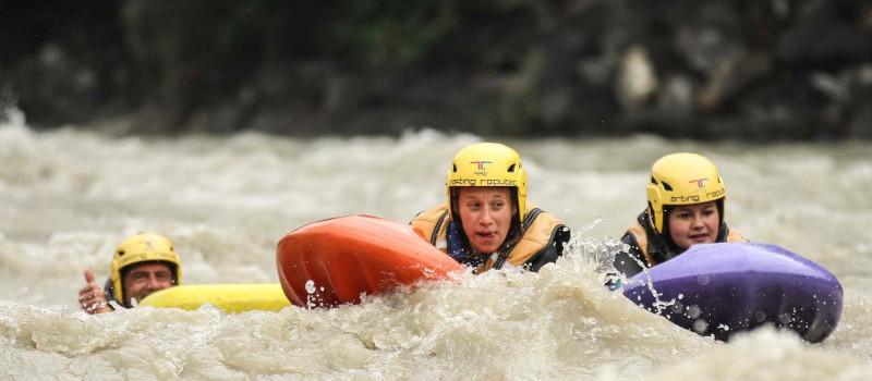 foto di una persona che naviga in hydrospeed