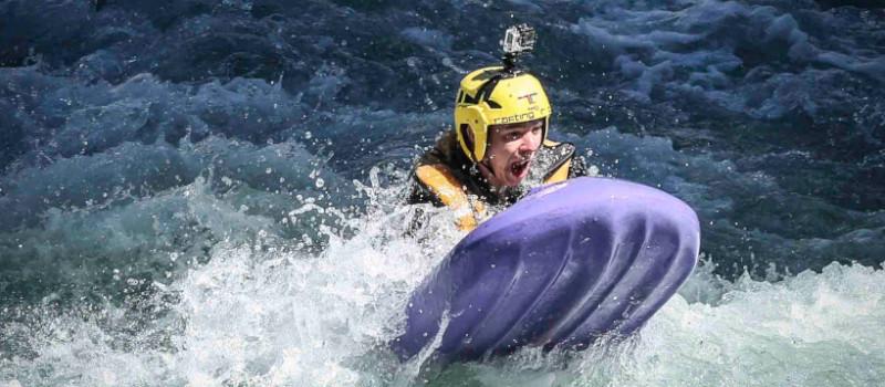 foto di una persona che naviga una rapida in hydrospeed