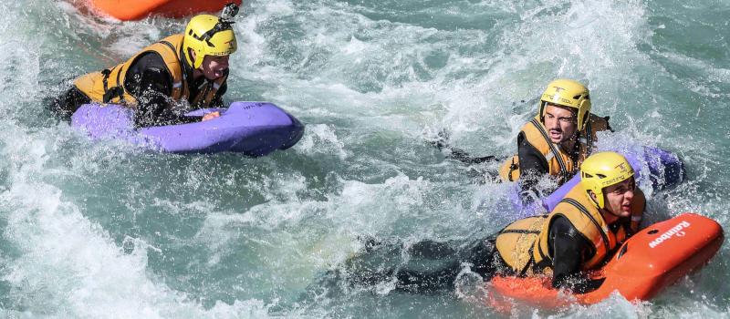 foto di tre persone che navigano in hydrospeed