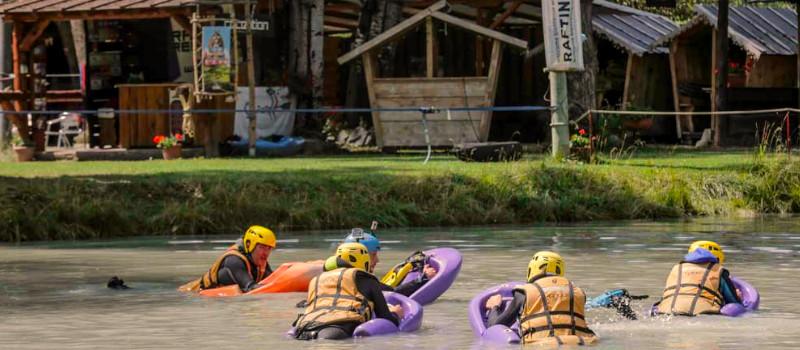 foto di un gruppo che ascolta un priefing di hydrospeed nel laghetto del centro rafting republic