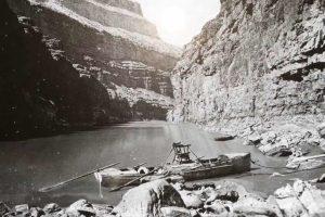 Imbarcazione della spedizione Wesley a riva nel Gran Canyon