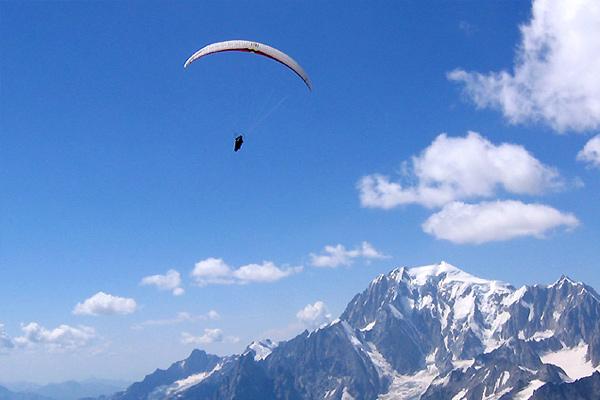 foto di parabendio sullo sfondo del monte bianco