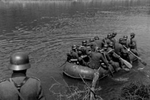 Soldati tedeschi a bordo di un raft