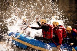 equipaggio rafting in azione tra le onde