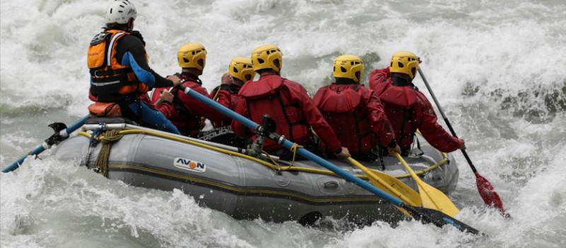 foto di un gruppo che fa rafting presa di spalle