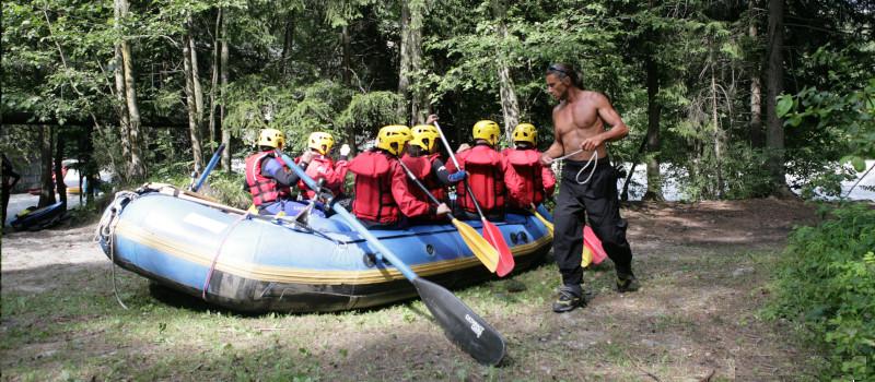 foto della prova a secco a bordo fiume di un gruppo che fa rafting