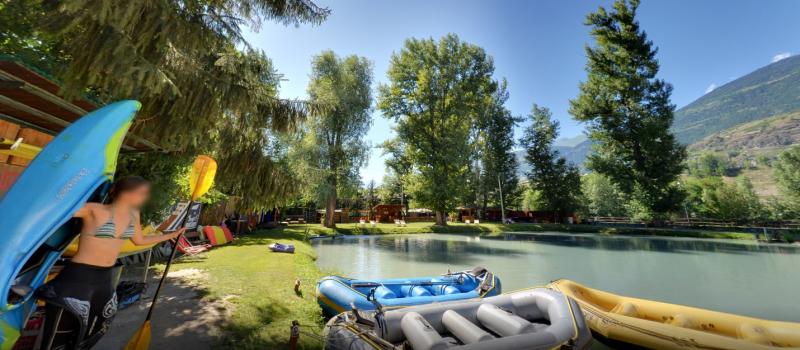foto panoramica del centro rafting republic con canoista
