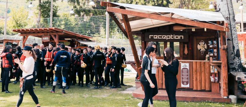 foto di un gruppo di studenti vestiti da fiume davanti alla reception di rafting republic