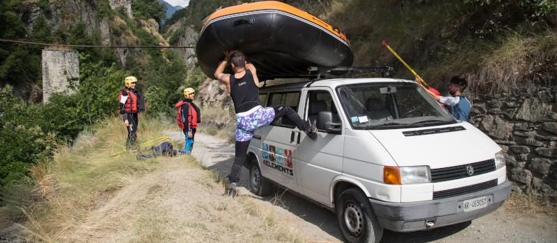 foto di un gommone da rafting scaricato da un furgone all'imbarco