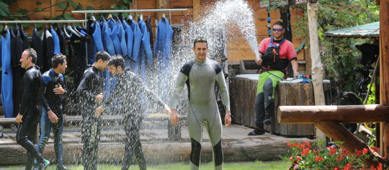 foto di matteo frola che bagna un partecipante alle attività fluviali nella fase della vestizione