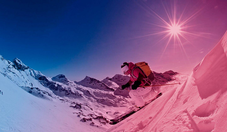 foto di un freerider che scia in neve fresca
