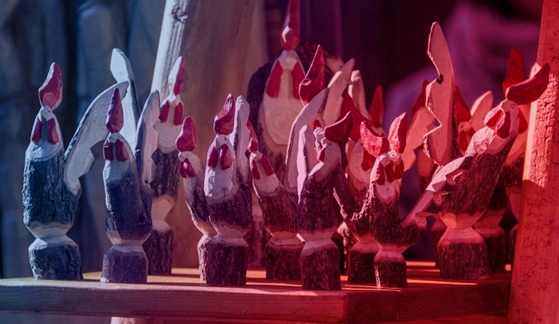 foto di sculture di galli alla fiera di sant'orso