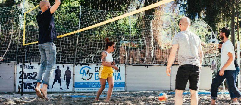 foto di una partita di pallavolo al centro rafting republic