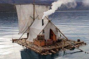 zattera di legno con tenda e vela bianche in mare
