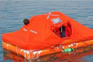 zattera di salvataggio arancione in mare
